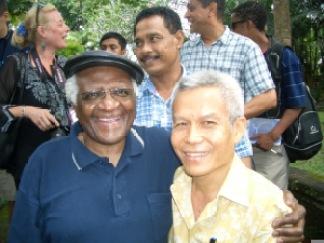 Sombath Somphone (d.) en compagnie de l'archevêque sud-africain Desmund Tutu en 2006. Wikimedia Commons / Shui-Meng Ng