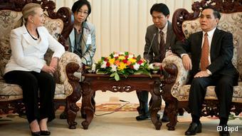 Im Januar 2013 sprach Hillary Clinton mit dem laotischen Premierminister Thongsing Thammavong über den Fall Sombath